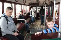 Trolejbus 3Tr3 byl v sobotu mimořádně otevřený. Vůz vyrobený v roce 1947 našel v roce 1992 v dezolátním stavu Pavel Domanický. O 20 let později se dočkal renovace