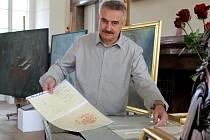 Pavel Mutinský je kurátorem výstavy připomínající díla Vladimíra Havlice, která je v zámeckém sálu plaského kláštera. Na snímku ukazuje omluvenky, které psal Vladimír Havlic jeho rodičům.