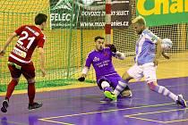 Futsalisté Interobalu Plzeň ve třetím čtvrtfinálovém utkání zabrali a nad Slavií Praha vyhráli 5:3. Zvýšený důraz Plzně před brankou Slavie reflektuje i tento snímek.