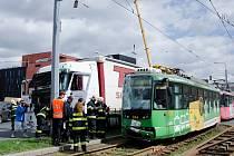 Kamion se srazil s tramvají