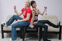 Nerozlučné kamarádky Andrea Baráková (vlevo) a Květoslava Kubešová z Judoclubu Plzeň ukazují bronzové medaile, které získaly uplynulý víkend na mistrovství České republiky.
