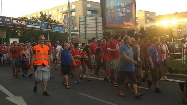 Fanoušky na stadion do Edenu doprovázela policie