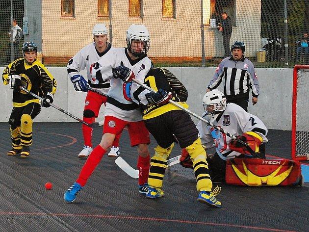 Dva zápasy finále play-off I. NHbL skupiny Západ odehrají o víkendu v domácím prostředí hokejbalisté Snacku Dobřany (na archivním snímku v bílých dresech).