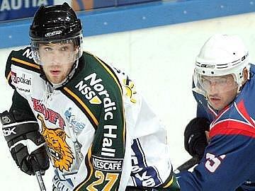 Z přípravných zápasů už sice Jakub Koreis (vlevo) ví, jak mu sedí dres finského Ilvesu Tampere, ale vinou zranění   musel svou  premiéru v SM–lize  zatím  odložit