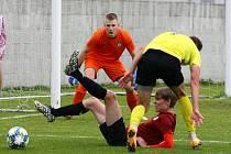 ČAROVAL. Gólman Janiš (na snímku v oranžovém) sice inkasoval od Přeštic čtyři branky, ale přesto na něj nebudou domácí hráči rádi vzpomínat, když jim zlikvidoval dvě penalty.