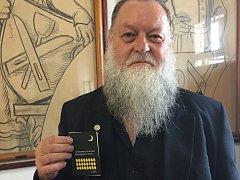 Lumír Lem Aschenbrenner s knížkou svých minibásní