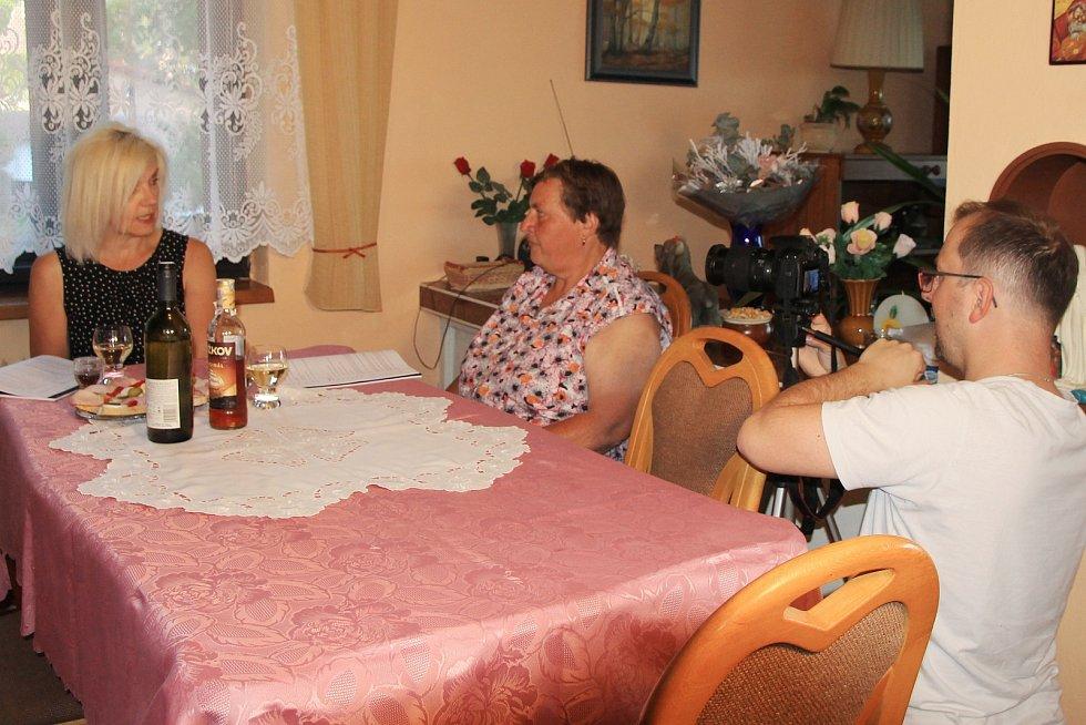 Nadšenci ze Žihle točí už třetí letní komedii. Na snímku Martina Rambousková, Milada Sandnerová a Jiří Bláha.