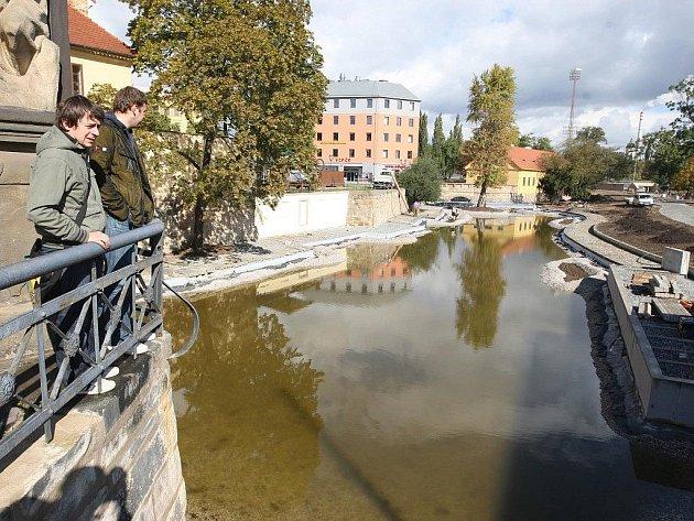 V Mlýnské strouze v centru města stoupá už od minulého týdne hladina v budovaném jezeře. Přivádí ji sem potrubí z řeky Mže za Domem dětí v Pallově ulici