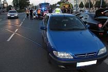 Nehoda čtyřkolky a osobního auta v sadech Pětatřicátníků v Plzni