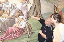 Principál divadelního spolku Buřina Příchovice Ludvík Pouza ukazuje detaily objevené 90 let staré opony.