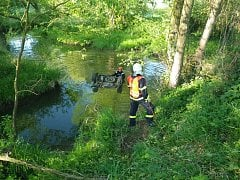 V potopeném autě nalezli mrtvého muže.