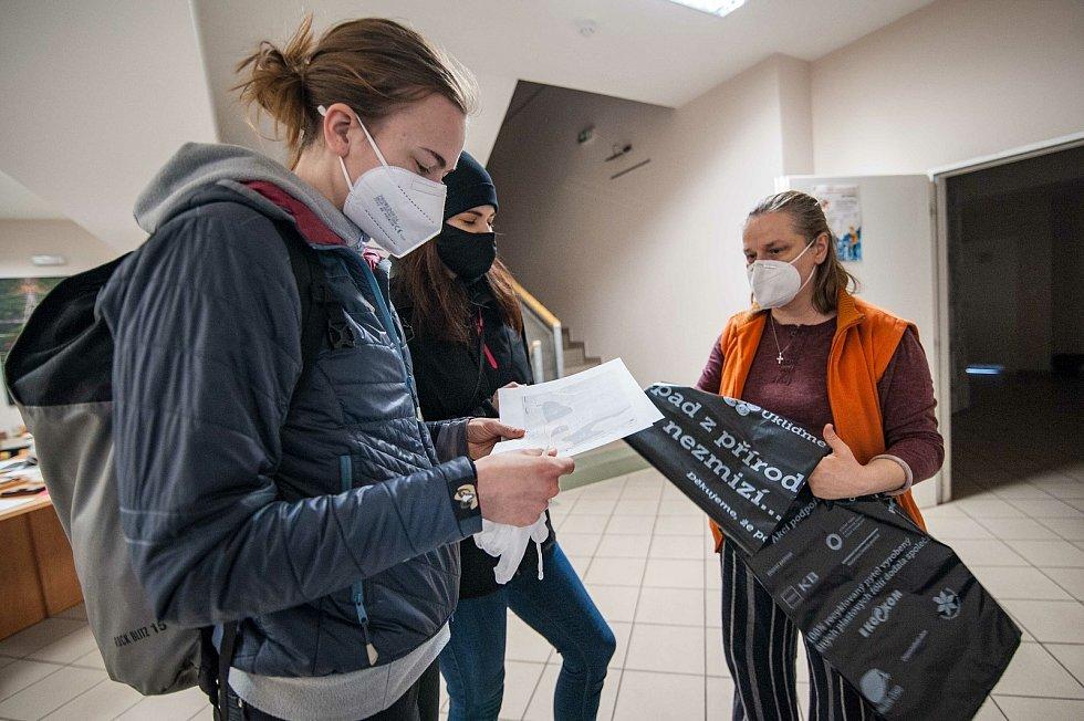 Koordinátorka dobrovolnického centra Totem zadává dobrovolníkům lokace na úklid, rukavice a pytle na odpadky.