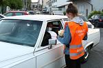 Autokino v areálu DEPO2015. Diváci mají k dispozici i občerstvení, které si mohou objednat pomoci SMS a až do vozu jim objednávku donese obsluha.