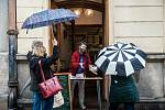 Restaurace v Plzni začaly kvůli novým opatřením proti šíření covidu prodávat občerstvení přes okénko nebo mezi dveřmi.