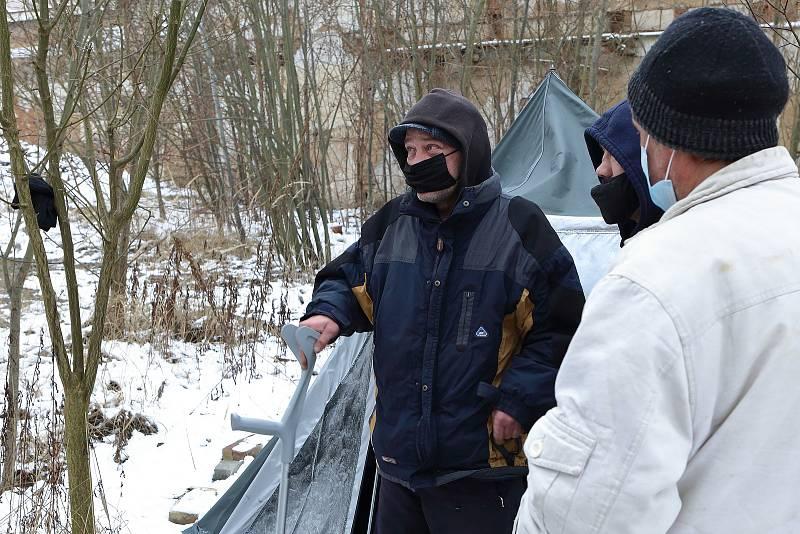 Plzeňští strážníci při pravidelné kontrole bezdomovců.