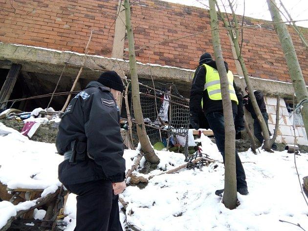 Ve svahu. Nedaleko lokality U Ježíška přespávají bezdomovci. Místo je ve špatně přístupném terénu pod garážemi