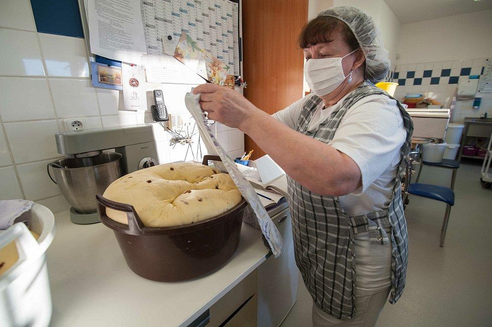 Zatímco se ozdobené koláče nechají vykynout, kyne těsto na tradiční mazance.
