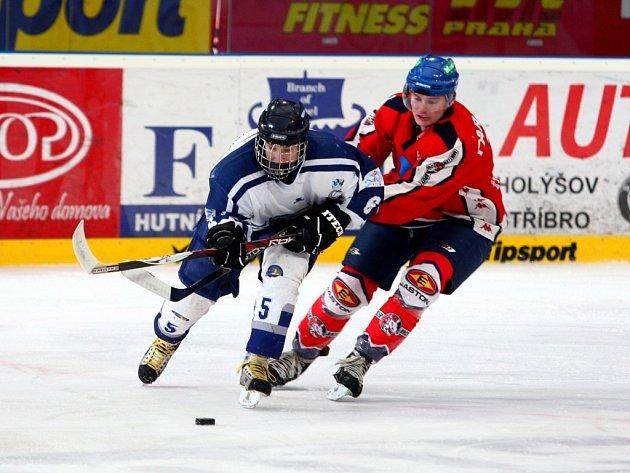 POUZE BOD.  Plzeňský útočník Patrik Petruška (v bílém) se snaží uniknout soupeři z Pardubic v utkání hokejové extraligy juniorů. Západočeši získali bod, když prohráli 1:2 v prodloužení.