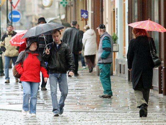 Páteční počasí Plzeňanům radost neudělalo, téměř celý den pršelo.