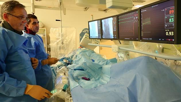 Lékaři intervenční kardiologie v nemocnici Privamed při práci.