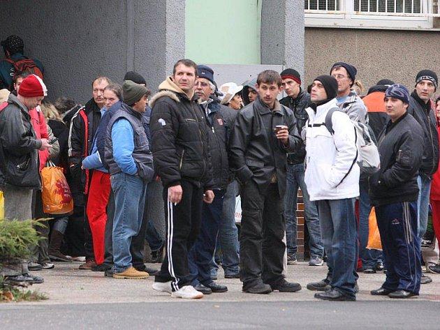 Rumuni se srocují před policejní služebnou na Borech. Autobusy je pak odvezly domů do Rumunska.