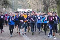 Na trať silvestrovského běhu v Plzni se v pondělí vydalo 88 závodníků a závodnic.  Mezi muži vyhrál Přemysl Švarc (č. 1), vítězi dalších kategorií se stali též Korytár (77) a Beshir (zcela vpravo). S č. 79 je zachycen třetí v absolutním pořadí Görner
