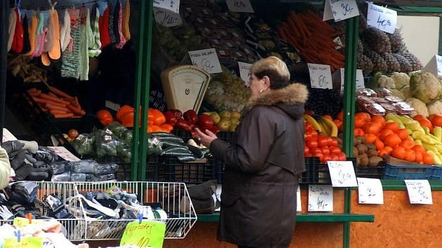 Oblíbená tržnice u Práce je od včerejška znovu otevřena. Lidé sem chodí nakupovat hlavně zeleninu a  ovoce, u stánků by se měly objevit i uzeniny, pečivo a ryby