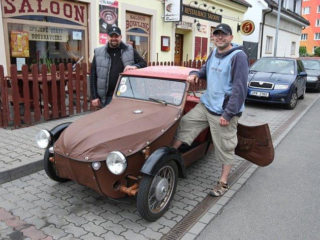 Majitelé Velorexu Václav Vild (vpravo) a Jaroslav Šiftař nedají na jízdu v hadráku dopustit
