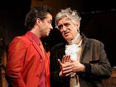 Pavel Pavlovský (vpravo)  jako Harpagon při zkoušce Molièrovy komedie Lakomec na jevišti plzeňského Velkého divadla. Na snímku se Zdeňkem Rohlíčkem v roli Kleanta