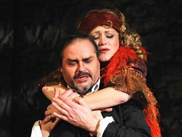 Dalibor Tolaš v titulní roli a Stanislava Topinková–Fořtová jako Hortensie při zkoušce muzikálu Řek Zorba v plzeňském Komorním divadle