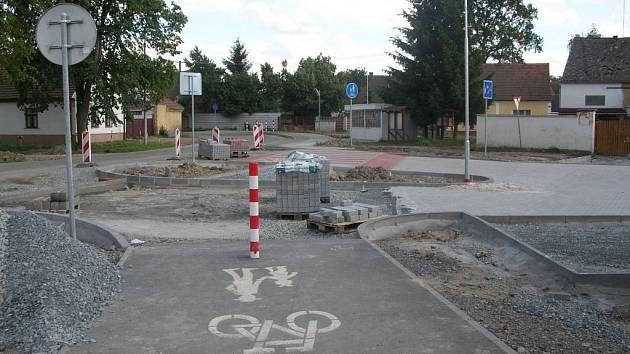 Centrum obce Chotěšov se mění k nepoznání. Rekonstruují se komunikace, veřejné osvětlení, autobusové zastávky, přibydou i parkovací stání