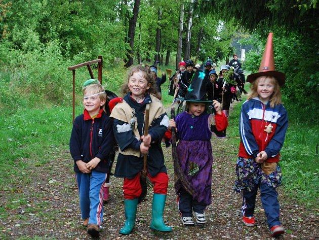 Děti z mateřské školky ve Chválenicích si v lese hrály nejen na čarodějnice, ale i na zvířátka