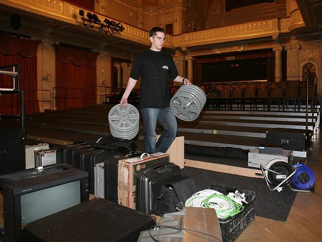 Místo milovníků tance budou od neděle po celý týden do Velkého sálu Měšťanské besedy proudit filmový fanoušci. V těchto dnech se prostory přeměňují na kino pro více než tři sta lidí