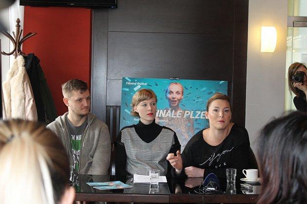 Lenka Krobotová se narodila v Plzni a zrovna vypráví, jak se do západočeské metropole těší na Festival Finále. Spolu se svými kolegy uvede v Měšťanské besedě 20. dubna v předpremiéře snímek režiséra Jana Hřebejka Zahradnictví – Rodinný přítel. Film se bud