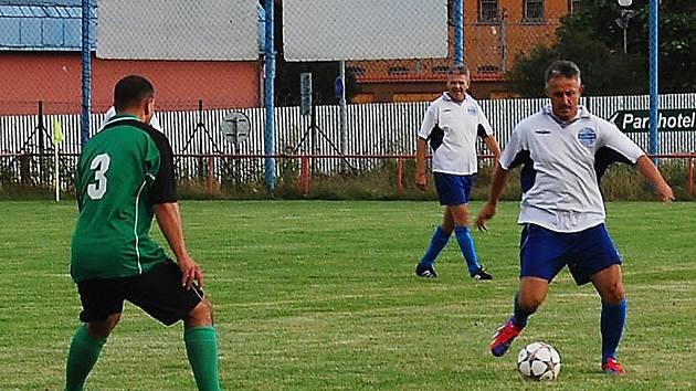 Favorizovaný Karlov  zdolal starou gardu Unionu těsně 4:3. Na snímku rozehrává akci domácích Stanislav Purkart, bývalý hráč Viktorie a současný trenér fotbalistů Mariánských Lázní.