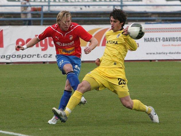 Fotbalista Viktorie Plzeň František Rajtoral (vlevo při střelbě) rozhodl jediným gólem poslední vzájemné měření sil s Jabloncem na podzim na severu Čech. Zítra se Jablonec představí v Plzni