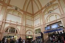 Hala plzeňského hlavního nádraží je po rekonstrukci. Má vyměněnou dlažbu,  stěny mají nové omítky, štukatérské prvky  a malbu