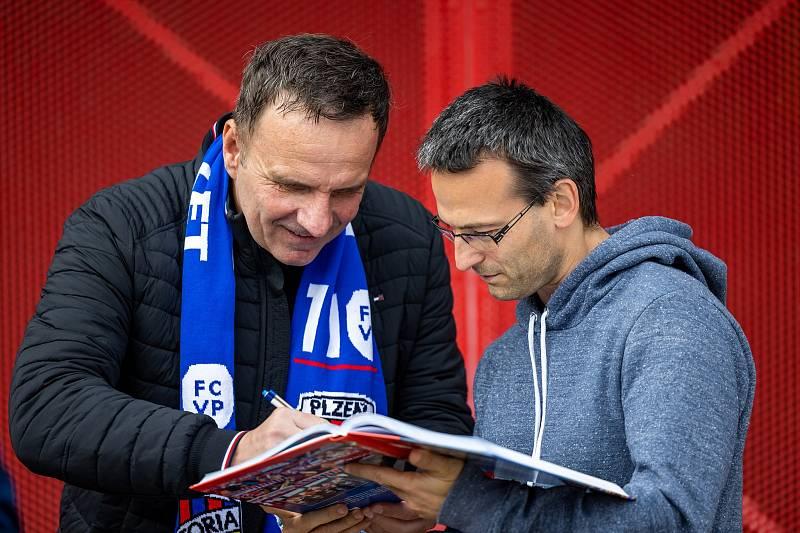 Dorazil i trenér Karel Krejčí.
