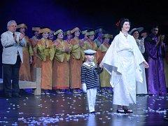 Čtyřletý Michal Pešk se sádrou na ruce po boku Věry Poláchové při děkovačce po představení opery Madama Butterfly