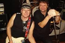 KYTARISTA Pavel Navrátil (vlevo) a zpěvák Jaroslav Soukup z kapely Extra Band revival, která zahraje 30. prosince v sále Alfa na Americké třídě v Plzni.