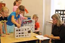 Marka Míková si s malými čtenáři ze třetí třídy Benešovy základní školy zahrála v dětském oddělení plzeňské městské knihovny příběh z knihy Mrakodrapy