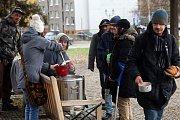 Dobrovolníci nalévali bezdomovcům u Západočeského muzea teplou polévku