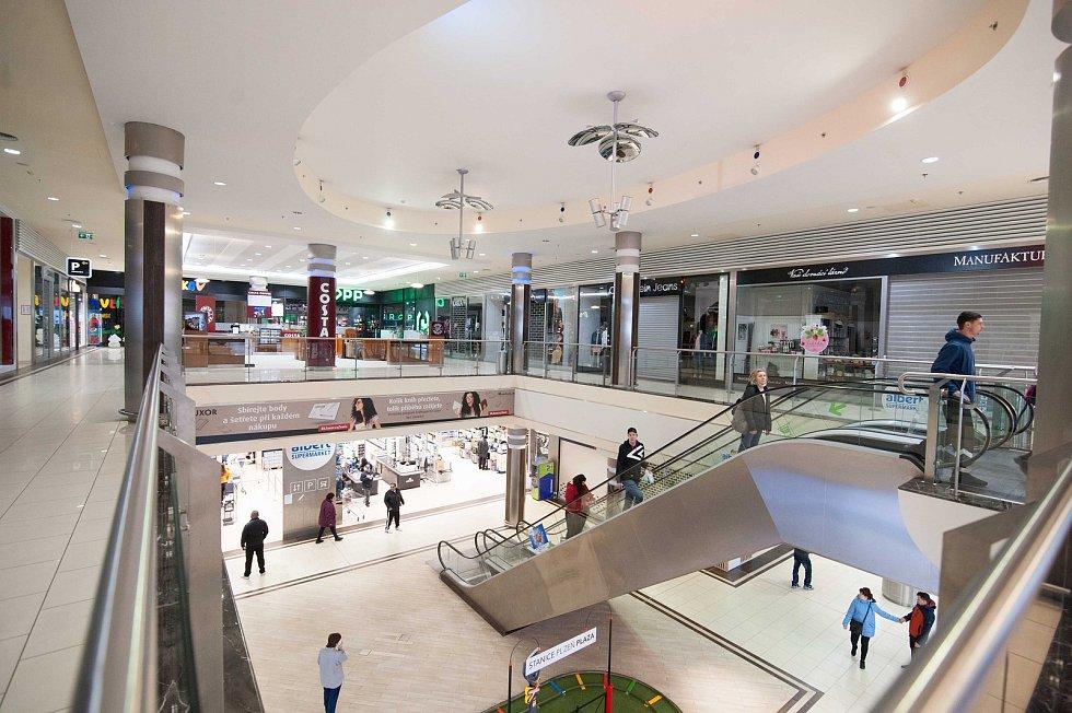 Zavřené obchody v obchodním centru Plaza v Plzni.