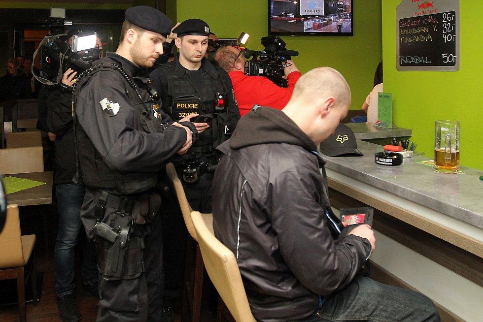 Plzeňská cizinecká policie v součinnosti s pořádkovou jednotkou a Městskou policií Plzeň provedla v noci na sobotu kontrolu barů a heren centru města.