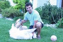 Jiří Kučera se svými psy Elinou a Cindy. Veterinář Kučerovým řekl, že Elina brzy umře, tak si pořídili druhého psa. Elina se však v blízkosti Cindy zotavila, tak teď mají místo jednoho psa dva.