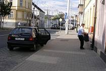 Pošťák zastavil na zastávce trolejbusu U Trati s tím, že se jinde zaparkovat nedá. Ovšem tady by zákon porušil i před novelizováním  silničního zákona. Tzv. pošťácká výjimka se na zastávky MHD nevztahovala