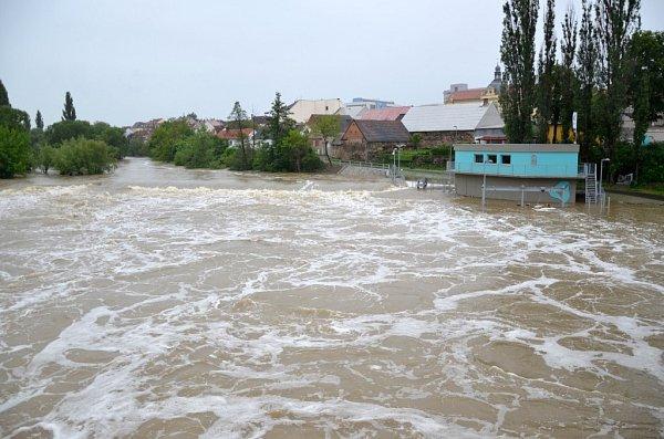Povodeň vPlzni uMalostranského mostu vDoudlevcích