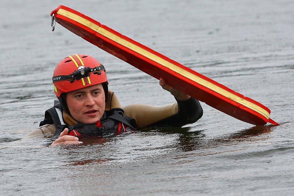 12 – Pomocí záchranného pásu je možné efektivně udržovat tonoucího nad hladinou i na volné vodě.