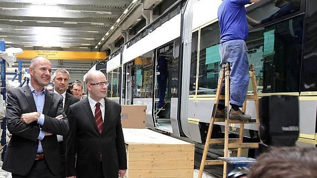 Premiér Bohuslav Sobotka při návštěvě Škody Transportation