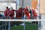 Hasičské i policejní vozy a záchranky obklíčily v úterý po osmé ráno areál firmy HP Pelzer na okraji plzeňských Radčic. Uvnitř došlo k úniku nebezpečné látky, všechny zaměstnance bylo třeba evakuovat.